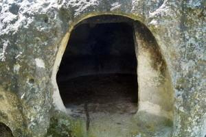 Скална гробница при село Равен