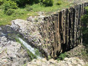 Уникалните скали до водопада на сътворението