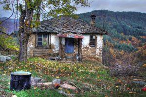 Една от къщите в изоставеното село Дядовци. Източник: https://www.facebook.com/photography.uzunov/